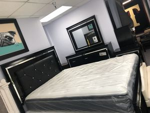 5 pieces queen bedroom set. Bed frame, chest, dresser, mirror and nightstand. Brand new. Colors: Black, white. for Sale in DeSoto, TX
