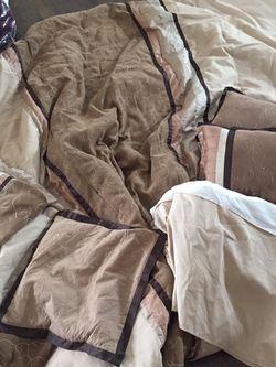 Free 3 Comforter Set Pick Up Only Gratis for Sale in Kyle,  TX
