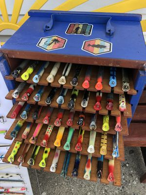 50 VINTAGE WOOD FISHING LURES FISH BOX for Sale in Eastpointe, MI
