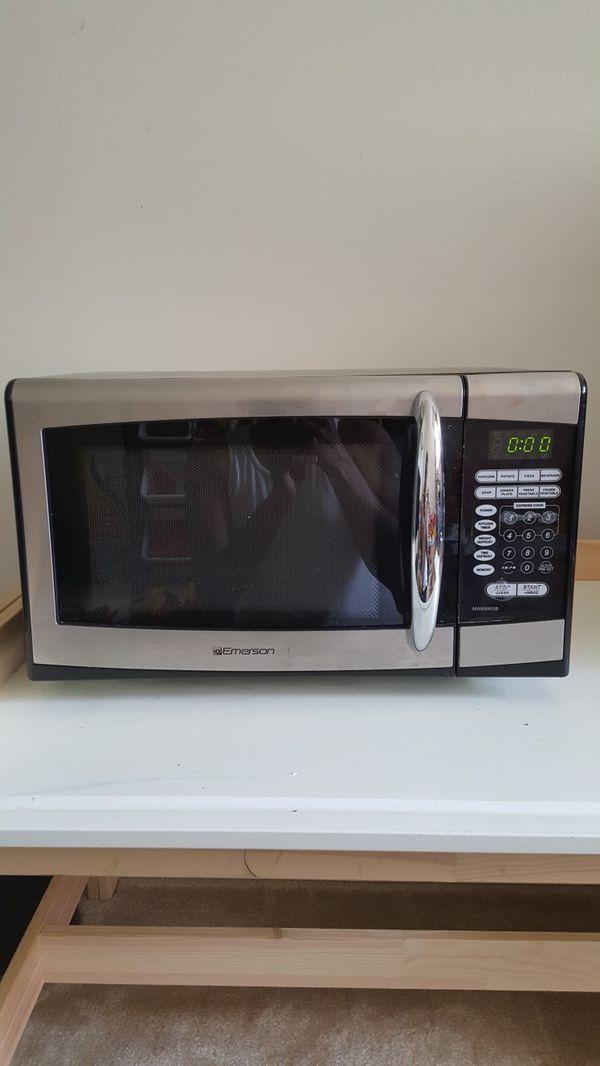 Emerson .9 cubic / 900 watt microwave owen