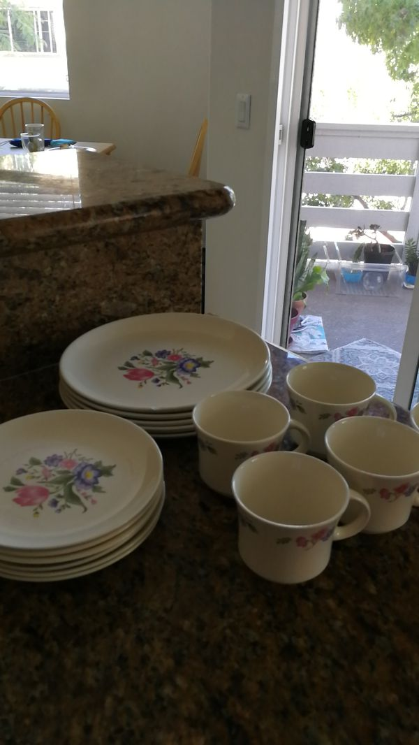 Set of dinner plates with cups - floral design