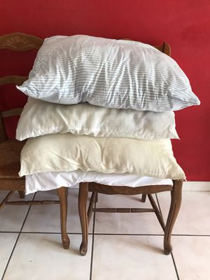 4 pillows $4 for Sale in Miami, FL
