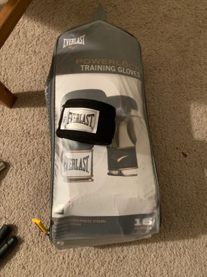 16oz everlast boxing training gloves with one wrap. for Sale in Silver Spring, MD