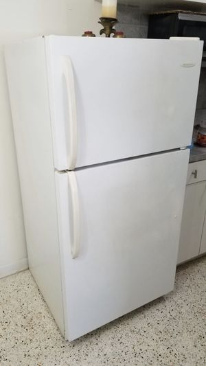 White refrigerator Frigidaire brand in excellent condition. We're just selling because we changed to stainless steel. Nevera blanca en buen estado re for Sale in Miami, FL