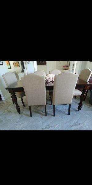 Mesa madera dura de 6 sillas del dorado perfectas condiciones for Sale in Miami, FL
