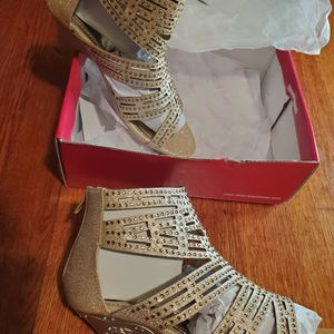 NEW DreamPairs 1-inch Heels SIZE 4 for Sale in Powder Springs, GA
