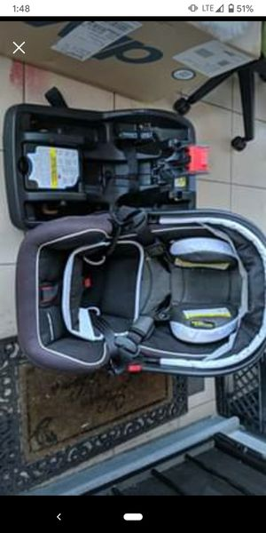 Graco snugride snuglock 35 carseat & base & attachable stroller for Sale in Oakland, CA