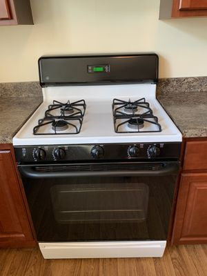 Black and White Gas Stove for Sale in Glen Burnie, MD