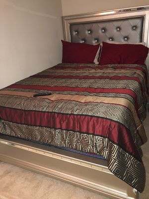 Bedroom set for sell (queen bed/ super comfy mattress with Tall dresser for Sale in Orlando, FL