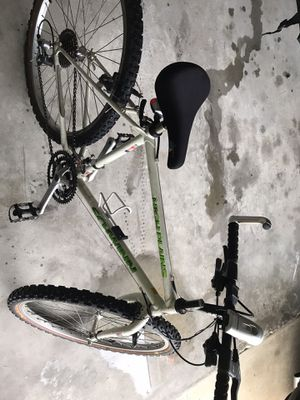Mountain bike for Sale in Poinciana, FL