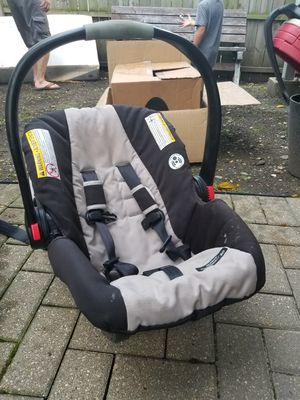 GRACO SNUGRIDE CLICK CONNECT 30 CAR SEAT WITH 2 BASES for Sale in Chicago, IL