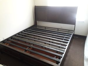 Queen size frame w/ 2 draws for Sale in New Haven, CT