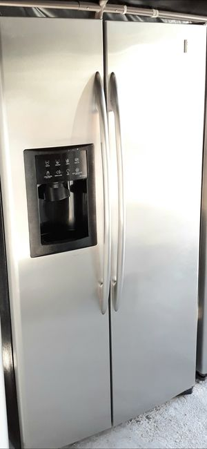 GE STAINLESS STEEL REFRIGERATOR for Sale in Alta Loma, CA