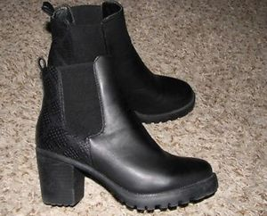 Size 10 Via pinky collection leather ankle bootie for Sale in Atlanta, GA