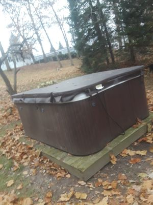 2012 Sundance maxxus 880 6 person hot tub 3 pumps 2 waterfalls lights uv filter new pc board and new 800$ cover 4500$ or best offer for Sale in Warsaw, IN