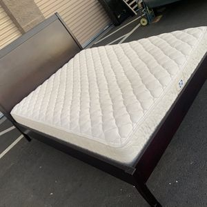 Queen Size Bed With Mattress /Cama Tamaño Queen Con Colchon for Sale in Milpitas, CA