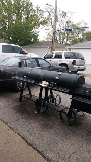 2 Universal BBQ grill and smokers for Sale in Bellwood, IL