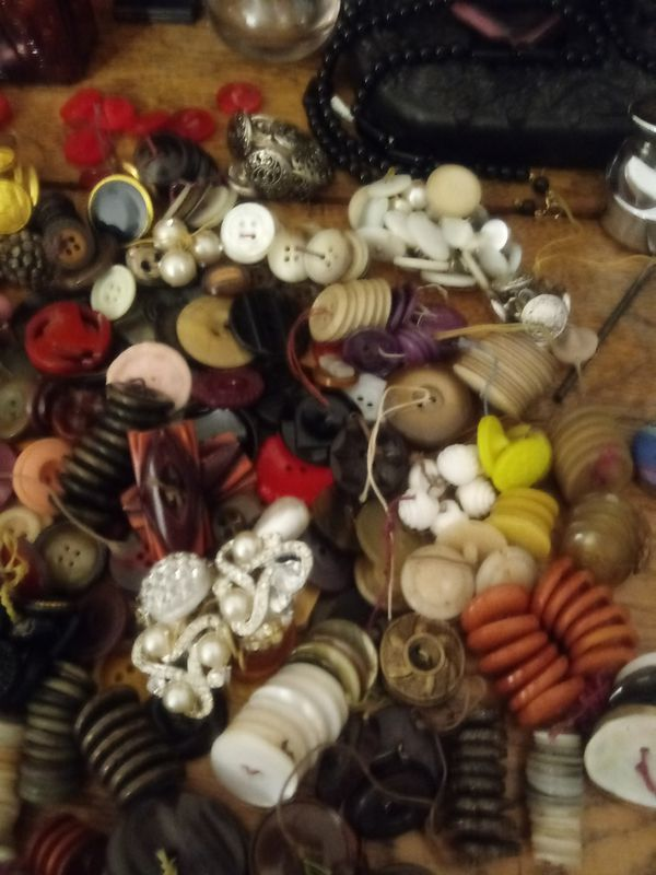 20# of vintage,antique buttuns bakelite glass metal military. Abolone huge collection