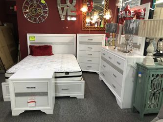 Elegant White Finish Queen 5 Piece Bedroom Set ZWCCT for Sale in Irving,  TX