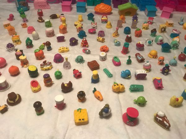 Shopkins with shopping baskets there are ( 128 ) shopping baskets & there are ( 205 ) Shopkins all together for one piece