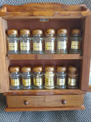WOODEN SPICE RACK WITH JARS for Sale in Plant City, FL