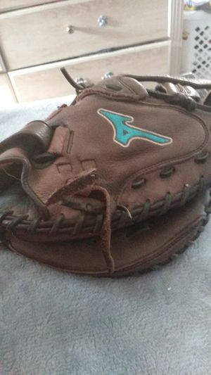 MIUNO GIRLS FASTPITCH CATCHERS GLOVE PRIMIUM LEATHER. ONLY 50$ OBO for Sale in Fresno, CA