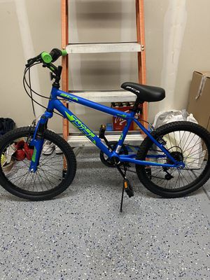 """20"""" Crossfire boys mountain bike with helmet for Sale in Stockton, CA"""