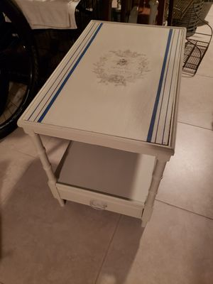 End table with drawer for Sale in Fort Lauderdale, FL