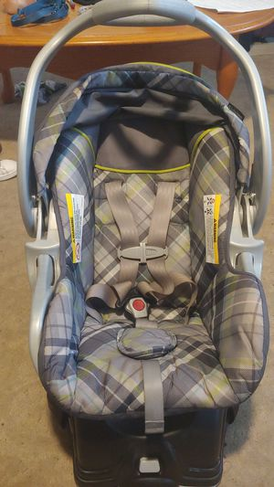 Baby trend brand carseat/carrier with original base for Sale in Lorain, OH