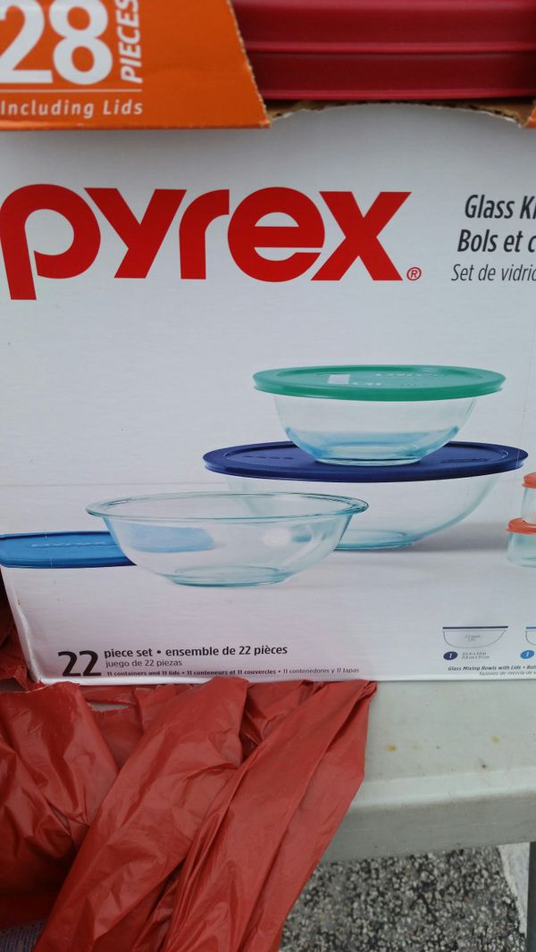 Brand new Pyrex glass containers 11 pieces with lids