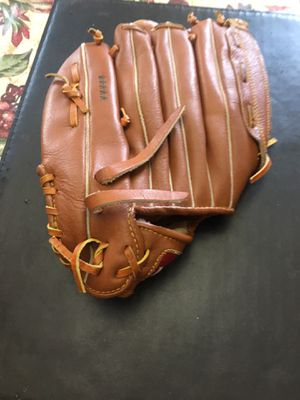 Softball glove Louisville slugger for sale asking 40:00 dollars or best offer model hbg9 13.5 inches for Sale in Menifee, CA