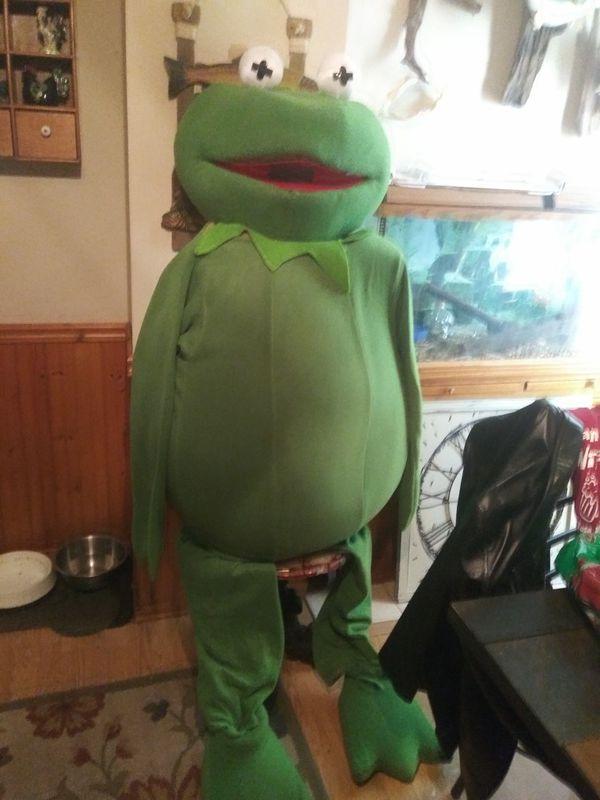 An adult Kermit the Frog Halloween costume