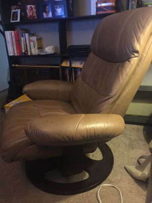 Jacque Leather Pedestal Recliner with ottoman. for Sale in Nashville, TN