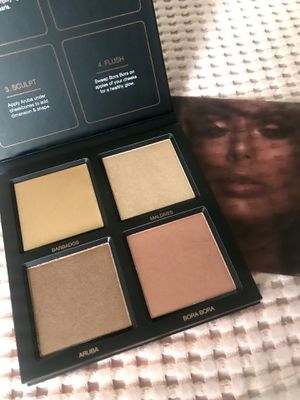 Huda Beauty highlighter palette for Sale in Los Angeles, CA