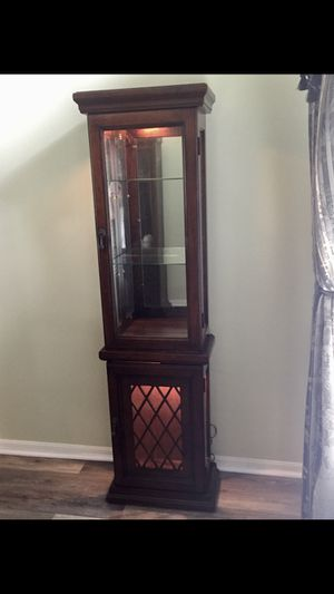 Curio cabinet with accent lighting. for Sale in Winter Garden, FL