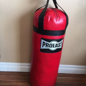 PUNCHING BAG BRAND NEW 70 POUNDS FILLED for Sale in Fontana, CA