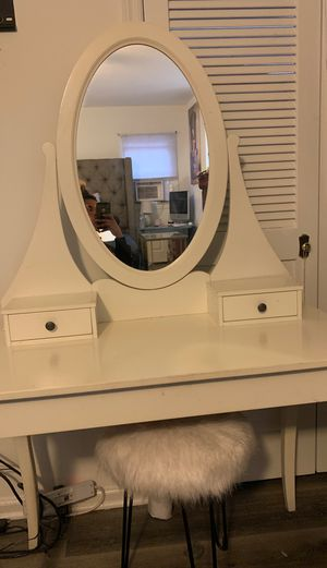 White Wooden Makeup Vanity, Great Condition Beautiful Great And Perfect For A Small Area for Sale in Union, NJ