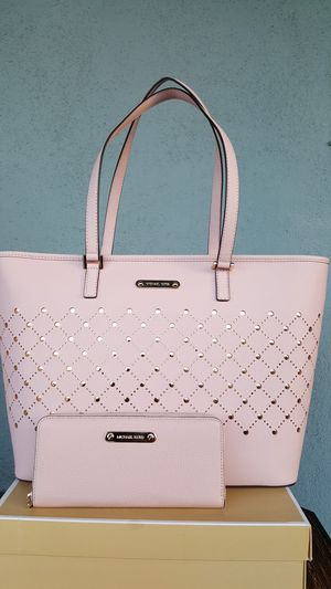 New Authentic Michael Kors Large Baby Pink Tote With A Large Wallet 🎁🎅🎁🎅 for Sale in Commerce, CA