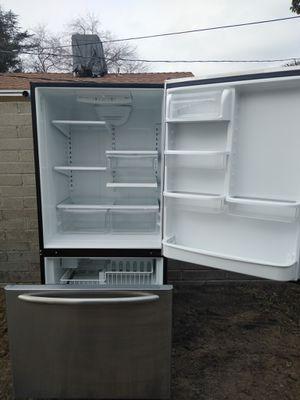 Refrigerador freezer abajo muy bien for Sale in Bakersfield, CA