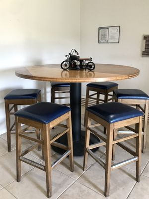 Round wooden table for Sale in Victorville, CA
