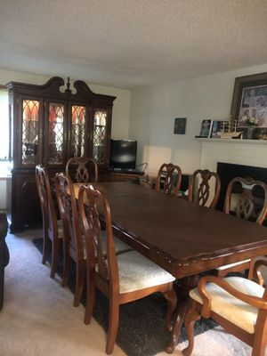 Dining table and hutch for Sale in Kirkland, WA