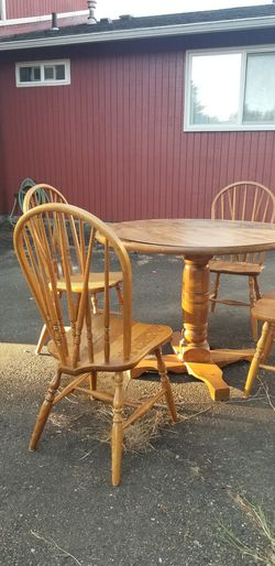 Table and chairs - needs love perfect DIY project for Sale in Des Moines,  WA