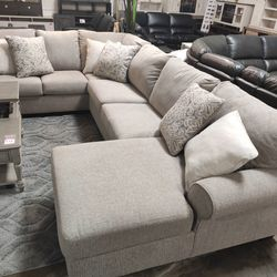 TRANSITIONAL 3-PIECE SECTIONAL WITH RIGHT CHAISE for Sale in Santa Ana,  CA