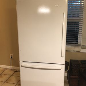 White Whirlpool Refrigerator With Ice Maker for Sale in Naples, FL