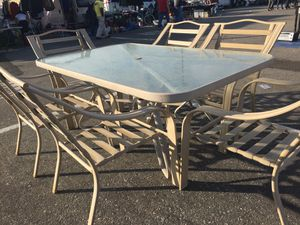 Patio set with 4 aluminum chairs extras large and glass table for Sale in Colton, CA