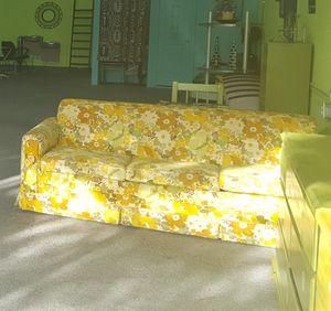 Free vintage sofa for Sale in Jacksonville, FL