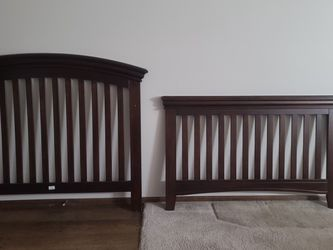 Crib (Transitions to Full Size Bed or Toddler Bed) for Sale in Arvada,  CO