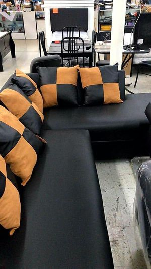 Sectional Black whit Pillows Brown and Black. New for Sale in Miami, FL