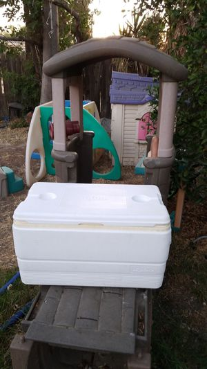 Older Igloo ice chest for Sale in Moreno Valley, CA