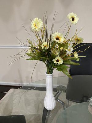 Vase with flower arrangement for Sale in Elkridge, MD